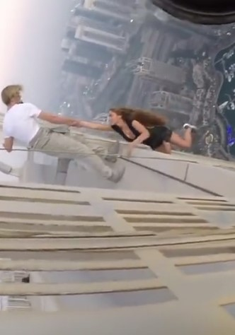 WTF – A Russian model risking her life for an Instagram picture