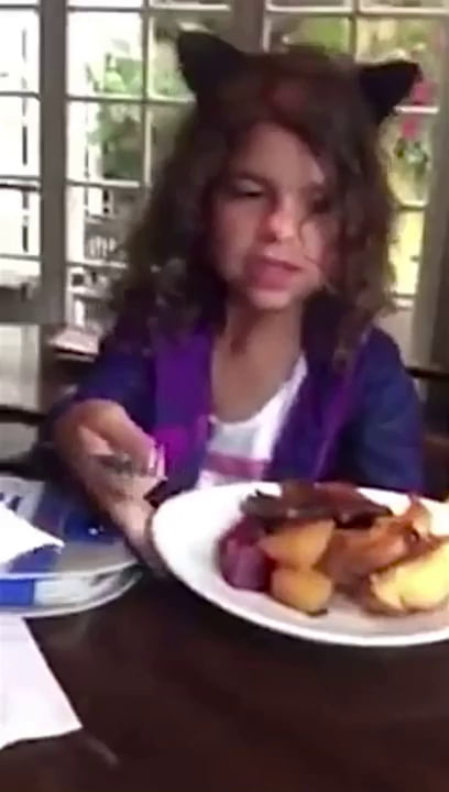 Kind little girl feeds homeless guy her restaurant food, dad couldn't be prouder